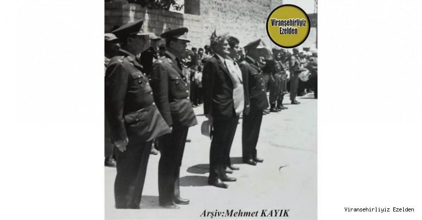 1970 li Yıllarda Viranşehir Belediyesi Eski Başkanı Hasan Taylan ve Diğer Protokol üyelerine Ait Cumhuriyet Bayramı Töreni