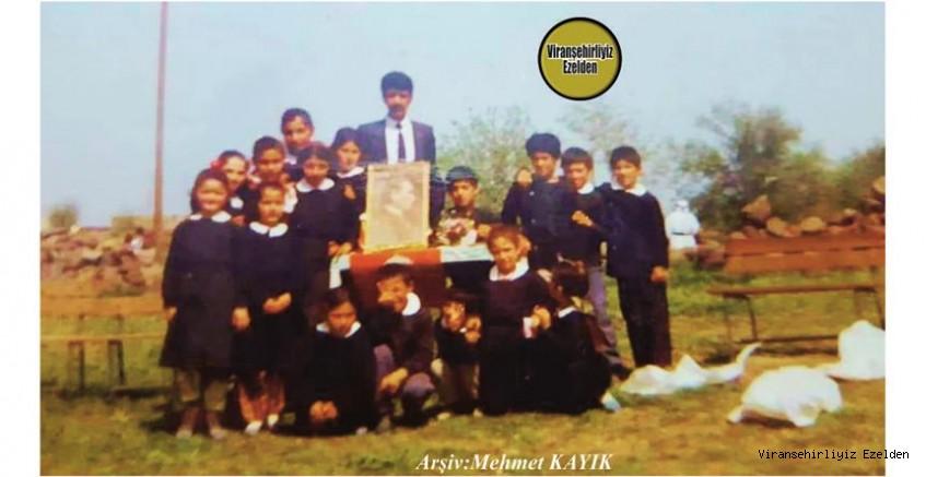 1991 Yılındaki Viranşehir Yukarı Koşanlar Mozık Köyü İlkokulu Eski Öğretmeni Şimdi Almanya'da Yaşayan Ahmet Çağrı ve Eski Öğrencileri