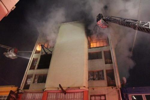 Fabrika Yangını 4 Katlı Binayı Kullanılamaz Hale Getirdi