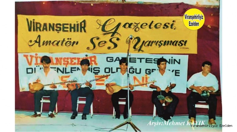 Viranşehir Lale Sinemasında Düzenlenen Amatör Ses yarışmasında Saz Grubu Üyeleri Ali Karaca, Şehmus Açık, Mahmut Yaman ve Mehmet Karaatlı